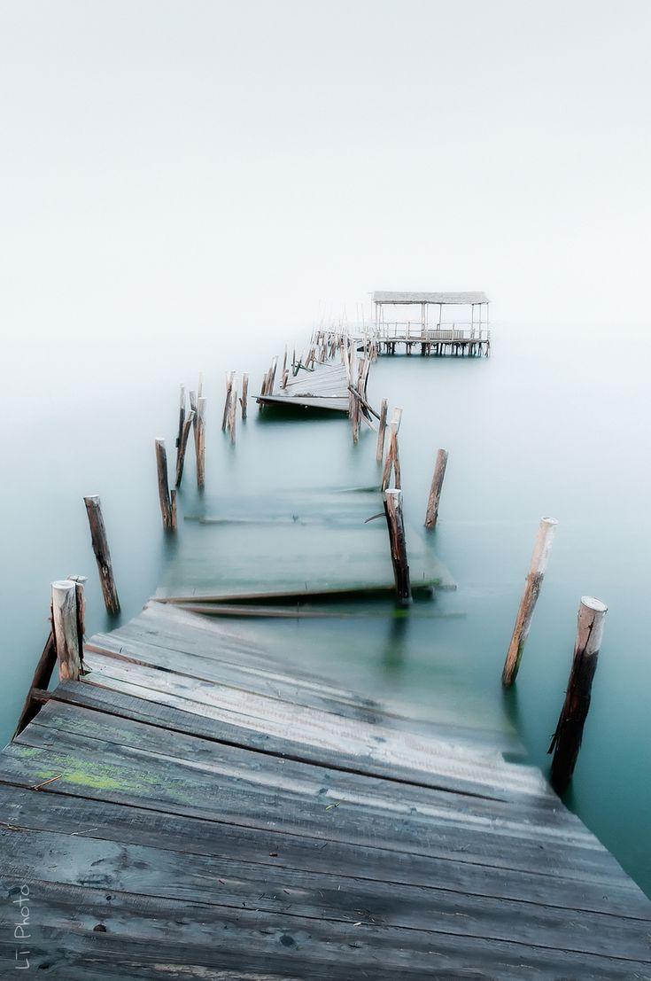 Image d'un ponton effondré et abandonné