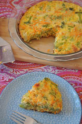 quiche de brocoli y zanahoria / 1 zanahoria grande 1 cucharada de mantequilla 1 taza y 1/2 de brócolis cocidos al vapor 1/2 taza de tallos de brócoli cocidos al vapor 1 cebolla blanca 1 cucharada de aceite de oliva 1 lata de leche evaporada 4 huevos Sal y pimienta 1/4 de taza de queso parmesano rallado 1/4 de taza de queso mozarella rallado 3 cucharadas de avena