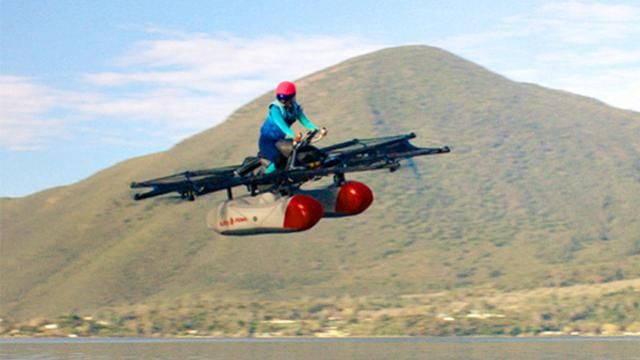 Vliegende auto van Google-oprichter eind dit jaar verkrijgbaar  Dat heeft de maker van de Kitty Hawk bekendgemaakt.  Het voertuig kan vlak boven de grond rondvliegen. De consumentenversie van de Kitty Hawk moet er anders gaan uitzien dan het recent onthulde prototype die gemaakt is om alleen boven water te vliegen.  Het bedrijf achter de Kitty Hawk dat dezelfde naam als de vliegende autodraagt wordt gefinancierd door Google-oprichter Larry Page. Kitty Hawk-directeur Sebastian Thrun hielp mee…