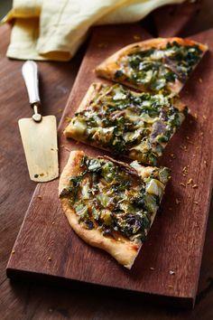 Pizza de escarola caseira | Receita Panelinha:  Essa pizza é perfeita para quem procura uma versão mais levinha. As raspas de limão siciliano dão frescor e combinam muito com o filé de anchova.