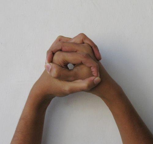 Granthita Mudra - mudra pour activer le chakra de la gorge ; ouvre le nœud dans le centre de la gorge. Il ouvre le passage des cordes vocales rendant ainsi le discours clair et doux, l'équilibre de la glande thyroïde. Ce mudra est proposé notamment aux patients atteints de cancer.