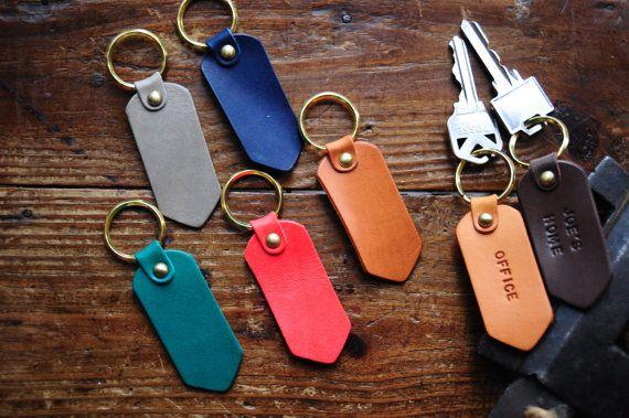 Porte-clés cuir personnalisable avec expression favorite, nom, initiales, un mot significatif, date, etc..  -À la main avec une bonne qualité