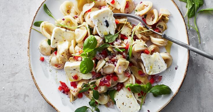 Medan pastan kokar hackas det lilla som ska beredas. Sen är det bara att blanda och äta.