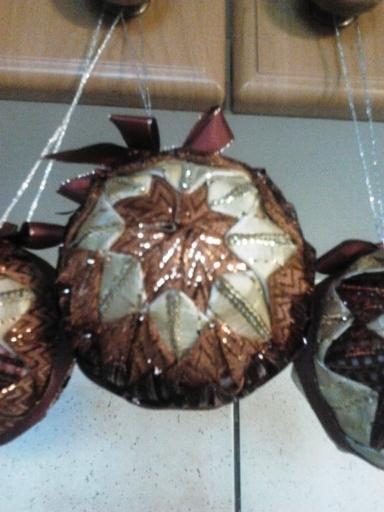Ozdoba na vánoční stromek - vyrobeno ze stužek