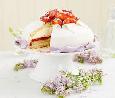 Vårens kalastårta nummer ett – en riktig partyprinsessa! Imponera med denna proffsiga prinsesstårta med rabarberkompott, hemkokt vaniljkräm och jordgubbar. Det lila bandet blir finast med vit marsipan, med vanlig marsipan blir den lila färgen lite dovare.