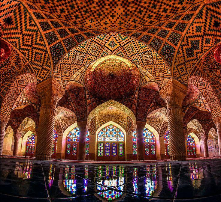 """""""Chiraz, ville du sud-ouest de l'Iran abrite quelques bijoux architecturaux dont la mosquée Nasir ol-Molk. Construite au XIXème siècle, elle a été restaurée en 2011. Composée de magnifiques vitraux, chose assez rare pour une mosquée, elle offre au lever du soleil un intérieur bariolé et kaléidoscopique incroyable"""""""