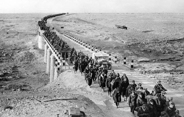 Foto de 38 mil prisioneiros italianos, capturados pelas forças britânicas, na Líbia, durante a Segunda Guerra Mundial. Dentre os prisioneiros estavam quatro generais. Data:05/02/1941