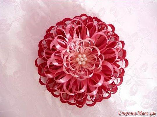 Flor com fita de cetim fina decora de forma delicada (Foto: icreativeideas.com)