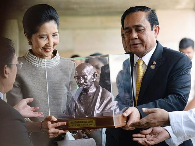 Slideshow : Prayut Chan-O-Cha and his wife receive a memento at Rajghat - Thailand PM Prayut Chan-O-Cha's 3-day visit to India - The Economic Times