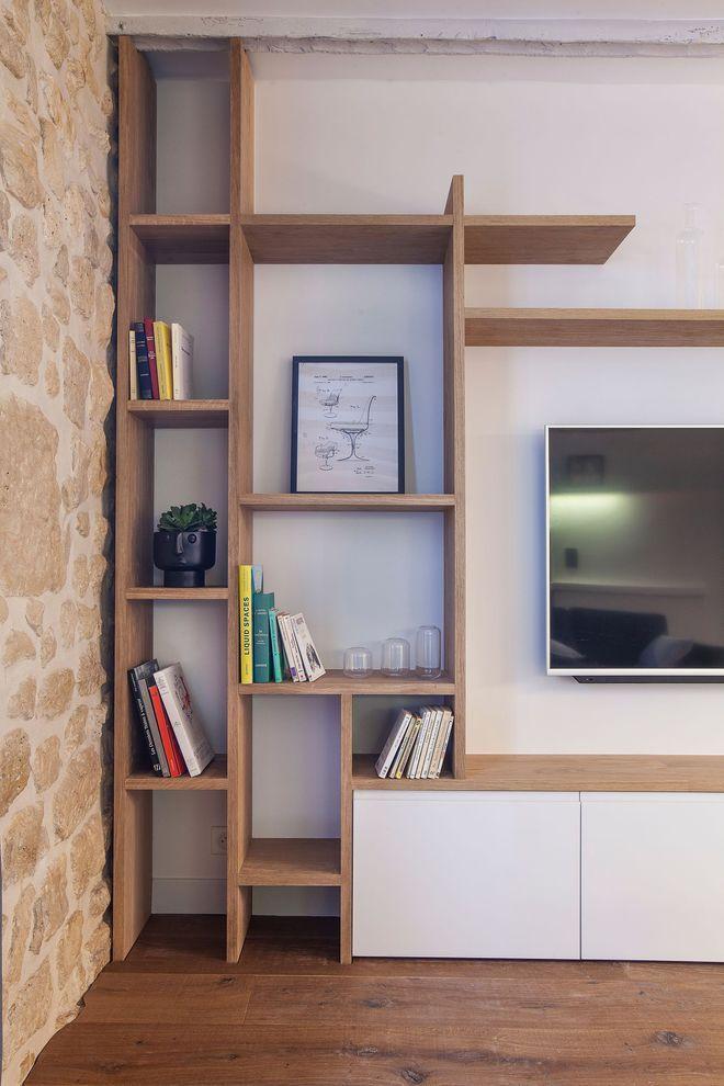 Une bibliothèque, un meuble de transition