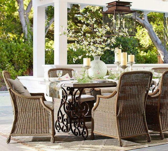 klassische Sitzgruppe Freien Rattanmöbel Holztisch Teppich Design