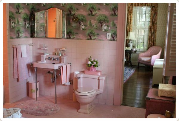 Its a crime people tear out these old bathrooms....especially the pink ones!