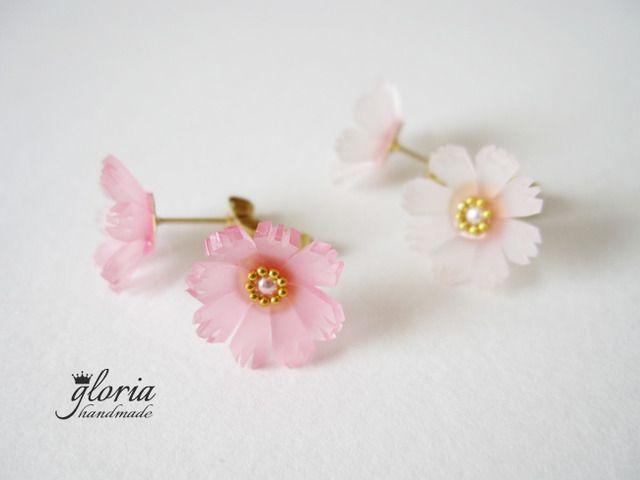 コスモス*ピアスプラバンでコスモスのお花を作ってみました。濃いめのピンクコスモス(実物は写真よりもう少し濃い色です)と、中心部分が薄ピンクのホワイトコスモスです。▼備考欄に「A.ピンク」「B.ピンクホワイト」「C.ホワイト」のどれかを記載してください。▼記載の無い場合はランダムで選ばせてもらいます。▼価格はペア(両耳)の価格です。※金属アレルギーの方は樹脂タイプに変更可能です。※備考欄に樹脂...