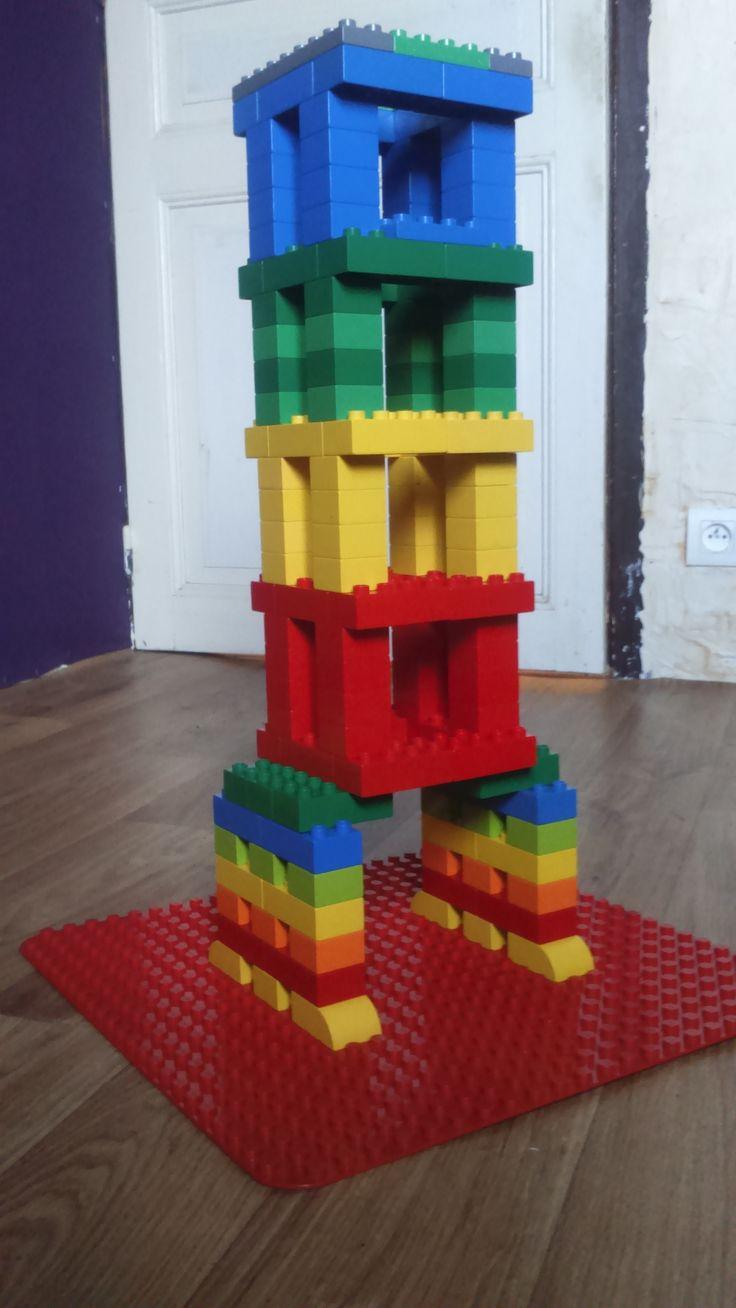 Hier siehst du einen bunten Fahrstuhlturm aus LEGO® Duplo, der uns von BRICKaddict.de gefällt!