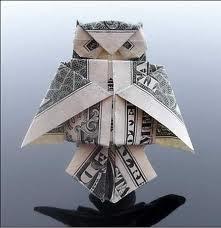 Búho de origami hecho con un billete.