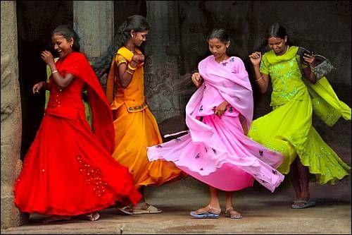 """#colorfulworld- Mulheres indianas """"dançam"""" em saris coloridos (vermelho, laranja, rosa e verde chartreuse)"""