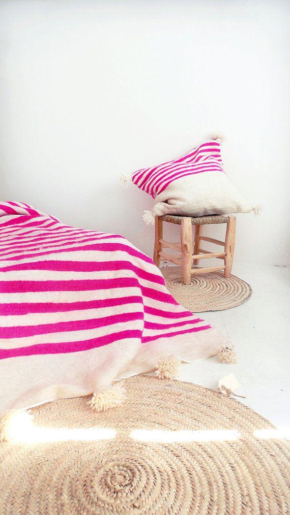 Wolldecke von marokkanischen Pom Pom - Ecru und rosa Streifen  Gewebt in Hand abzeichnete in den Souks von Marrakesch aus 100 % Wolle mit
