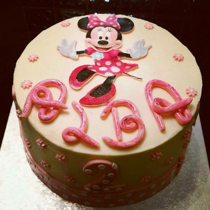 Layer Cake de Minnie Mouse con bizcocho de vainilla y relleno de crema de chocolate blanco