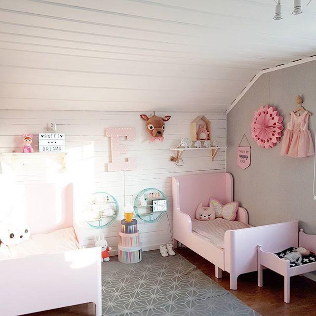 Solen flödar in genom fönstret och gör det lite svårt att fota men vi ger det ett försök! Lite mer nedtonat än ni kanske är van vid i vårt hem. Grått, vitt och ljusrosa som bas. Planen är att fylla på med massa fina ting på väggar och hyllor framöver. Tur att det snart är dags för julklappar 😉 Tap photo for details. #barnrumsinspo #barnrum #lekrum #kidsroom #kidsdeco #kidsperation #finabarnsaker #finahem #inredning #interiorwarrior #interiorforinspo