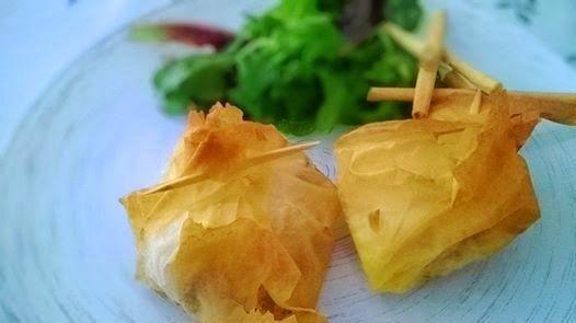Unos bocaditos salados irresitibles: masa filo rellena con pollo y almendras