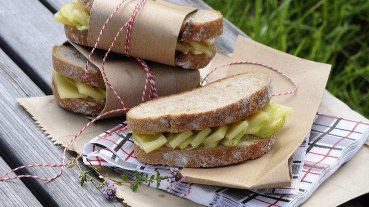 Für ein Picknick, zum Zvieri oder als Fingerfood toll: Sandwiches aus chüschtigem Ruchbrot mit Emmentaler-Käse und dünnen Birnenscheiben.