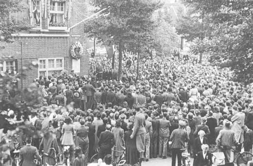 1945. A crowd has gathered at the Euterpestraat in Amsterdam-Zuid to celebrate the renaming of the street to Gerrit van der Veen, a member of the resistence movement executed by the German authorities during the occupation. The Euterpestraat had become a synonym for the German Sicherheitsdienst and Zentralstelle für Jüdische Auswanderung because the offices of these departments were located on the street. Photo Beeldbank WO2 / NIOD. #amsterdam #worldwar2 #Euterpestraat