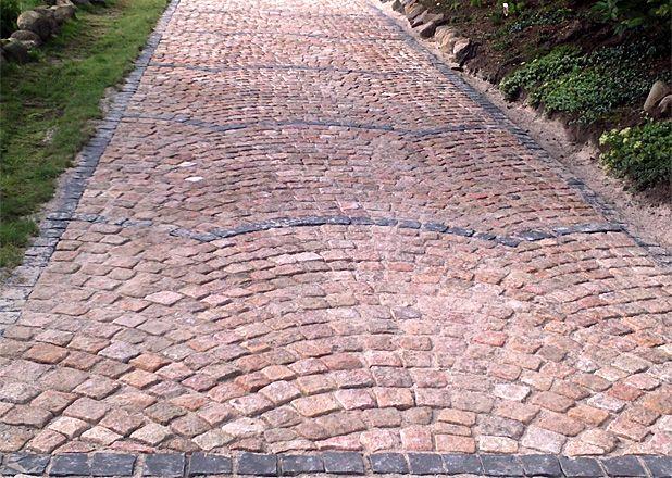 Auffahrt mit mediterranem Flair (vor dem Abrütteln): indischer Granit mit Basaltpflaster, gesetzt in Segmentbögen