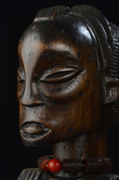 Een unieke staande vrouwelijk figuur - LUBA - D.R. Congo  Stam: LubaOorsprong: D.R. CongoGeschatte leeftijd: Mid-latere 20e eeuwMateriaal: Hout kralenAfmetingen (HxBxD): 40 x 13 x 14 cmBeschrijving:Een prachtig gesneden staande vrouwelijk figuur visualiseren Luba concepten van vrouwelijke schoonheid.Het serene gezicht de unieke kapsel de honing-gekleurde patina en de elegante houding alle wordt toegevoegd aan de sterke aanwezigheid bezit dit cijfer.Achtergrond:Luba meisjes leren dat een…