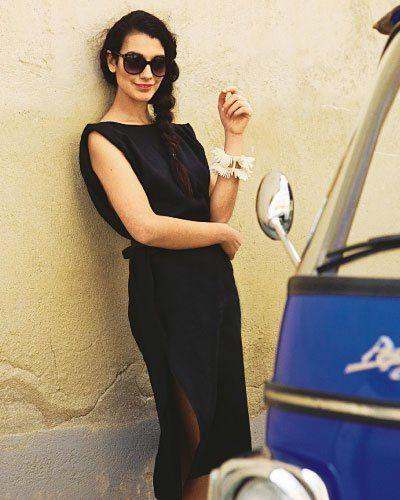 schwarzes Kleid Das luftige Leinenkleid ist wadenlang und kastenförmig. Es hat einen Rundhalsausschnitt, bedeckte Schultern, weite Armlöcher und an jeder Seite Schlitze im Rockteil.