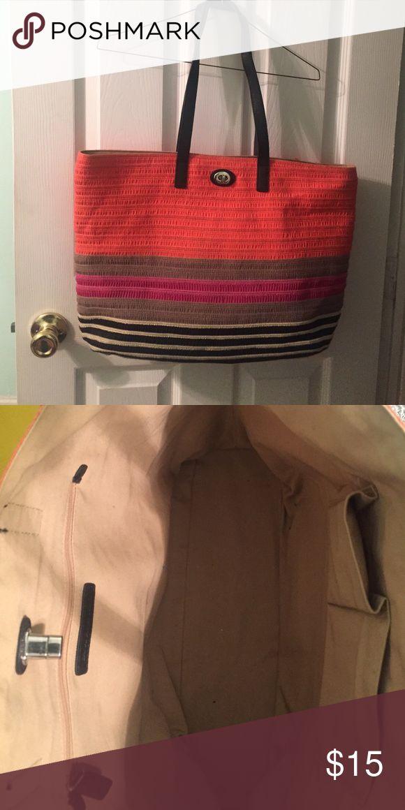 Banana Republic Tote Striped banana Republic Tote bag. 2 cell phone slots and zipper inside. Banana Republic Bags Totes