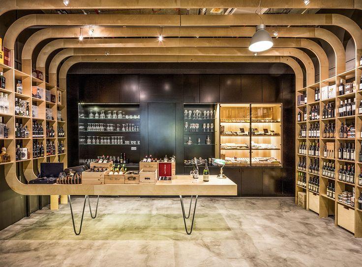 Obchod Kratochvílovci: žebra z překližky nahrazují regály na víno, v nichž jsou lahve vystavené.