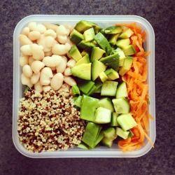 cleanbodyfreshstart: sebze suyu, cannellini fasulye ve salata pişmiş Üç renkli quinoa ☺ öğle yemeği için salata kutusu - bebek ıspanak, avokado, salatalık, kar bezelye ve havuç, biber ile görmüş!