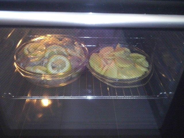 Pui cu cartofi copti - 500g pui - 250g cartofi - 1 ardei gras - o lamaie - ulei masline, - sare, piper, usturoi granulat, busuioc, Se da puiul prin sare, piper, usturoi, busuioc si se lasa la rece 30 min. Intre timp, se curata si feliaza cartofii, apoi se pune sare si 2 linguri de ulei de masline.  La final se adauga ulei de masline peste pui, ardei feliat si lamaia, se aseaza in tava (yena) si se baga la cuptor 45 min. Cartofii se aseaza in alta tava (yena) si se baga la cuptor dupa pui cu…