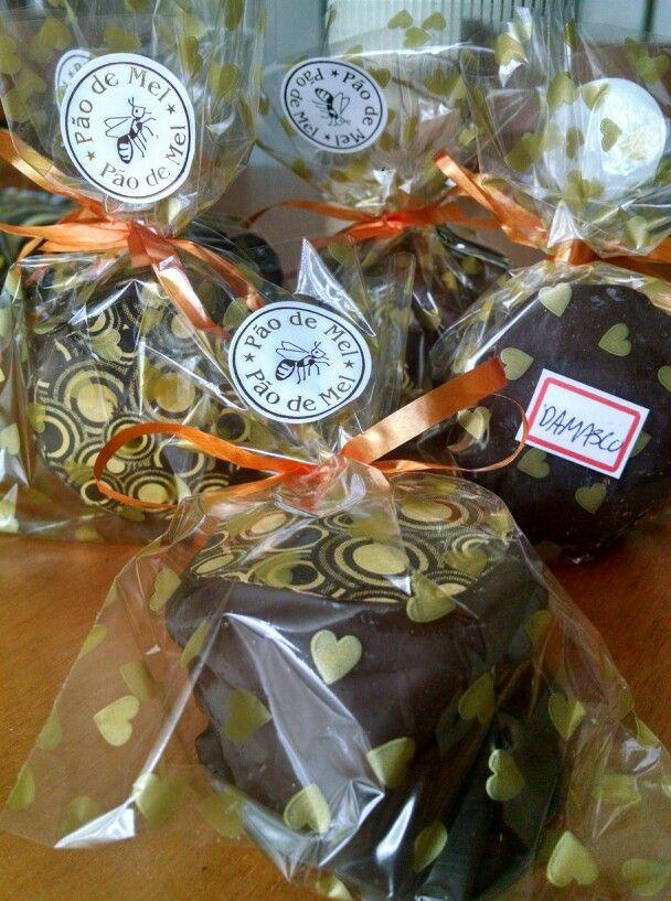 Pães de mel recheados com damasco e decorados com transfer para chocolate