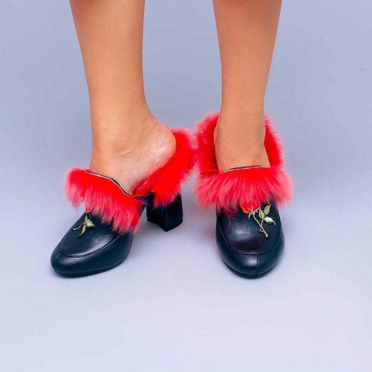Sabotii de dama Mineli Red Fur Mules sunt realizați din piele naturală brodată și accesorizată…