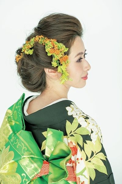 トップは逆毛を立てて立ち上げ、横は日本髪の鬢(びん)を意識して少し張らせます。後ろは2つに分けてすき毛を入れ、ゆったりとシニヨンに。丸いシル...