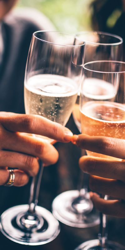 Champagnesmaking er et uformelt og morsomt kurs som gir henne kunnskap og artige historier om de gylne boblene. Her får man smake på musserende kvalitetsviner og det passer til både erfarne og uerfarne champagneenusiaster.