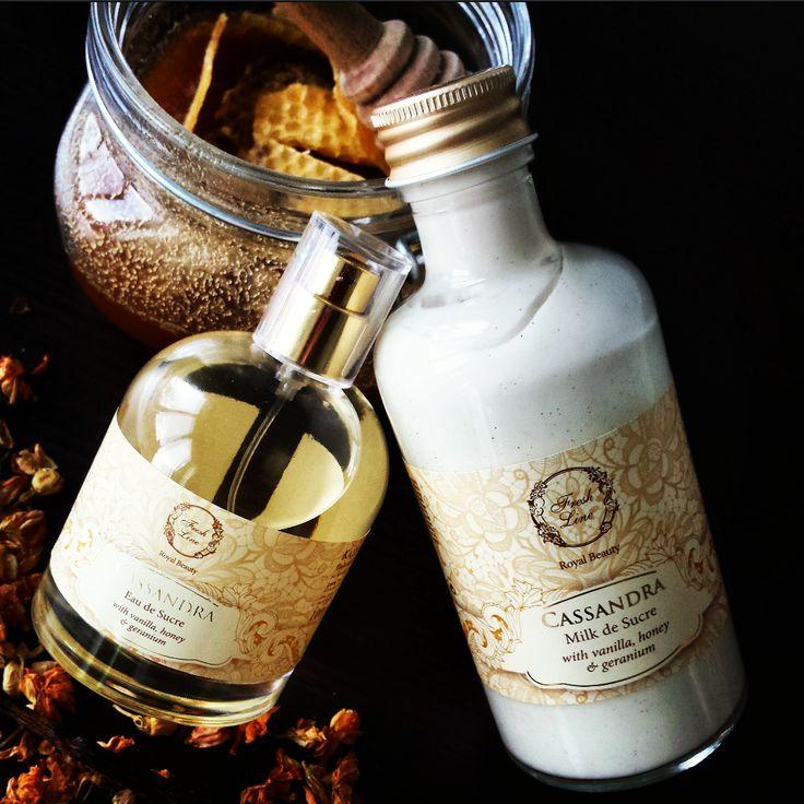 #Cassandra.. η βασιλική σειρά που συνδυάζει την απαλή βαλσαμική χροιά του μελιού με γήινες ξυλώδεις νότες..  Δοκιμάστε το body milk & body splash Κασσάνδρα και αφεθείτε στο γκουρμέ, θηλυκό άρωμα της σειράς! Το εκχύλισμα βανίλιας προσδίδει χαλαρωτικές και καταπραϋντικές ιδιότητες, ενώ το εκχύλισμα μελιού δεσμεύει την υγρασία διατηρώντας το δέρμα λείο, απαλό και γλυκά αρωματισμένο. Η ελαφριά δόση glitter ολοκληρώνει την υπέροχη συνταγή για «βασιλική πολυτέλεια»!  #honey #vanilla #geranium…