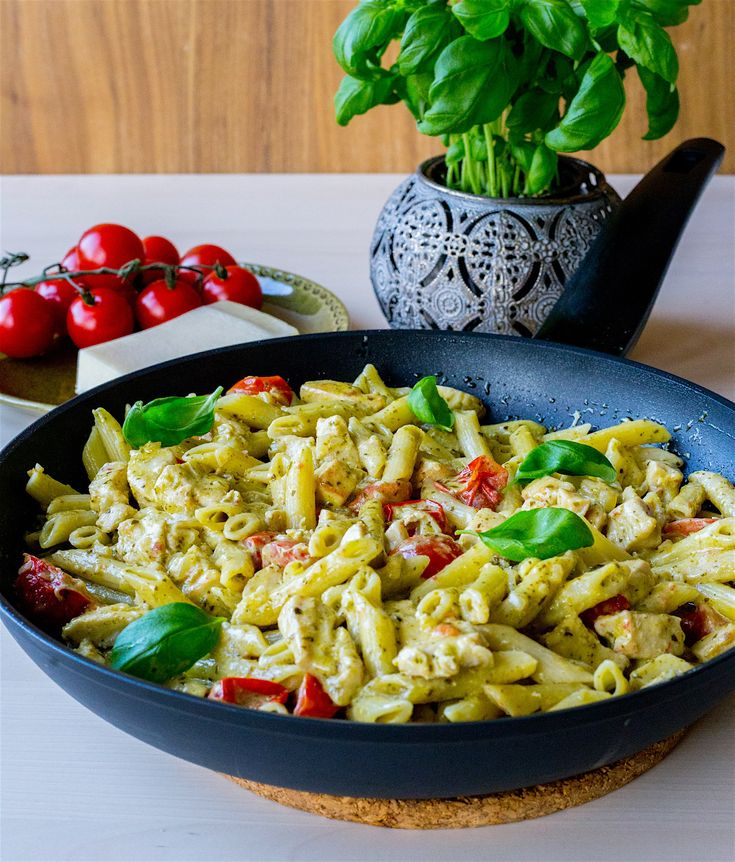 Läcker och lättlagad pastarätt med pesto, kyckling och cocktailtomater. Du lagar allting i en och samma stekpanna. Riktigt smarrigt! 4-6 portioner 400 pasta (gärna penne eller spaghetti) 3 st kycklingfiléer 200 g pesto 200 g cocktailtomater 1 gul lök 3 dl grädde (valfri fetthalt, jag använder vispgrädde) Olja till stekning Salt & peppar Garnering: Parmesanost Färsk basilika Gör såhär: Hacka lök och kyckling i tärningar. Hetta upp olja och stek löken. Vänd i kycklingen och stek tills den f...