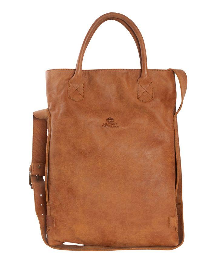 De beroemde Shabbies Bag is uitgevoerd in de stevige leersoort 'tribe'. Het matte gevlekte effect van het leer geeft de tas een stoere uitstraling. De tas heeft een onzichtbare magneetsluiting en een aantal handige binnenvakken. Je kunt de tas crossover dragen aan het lange verstelbare hengsel.
