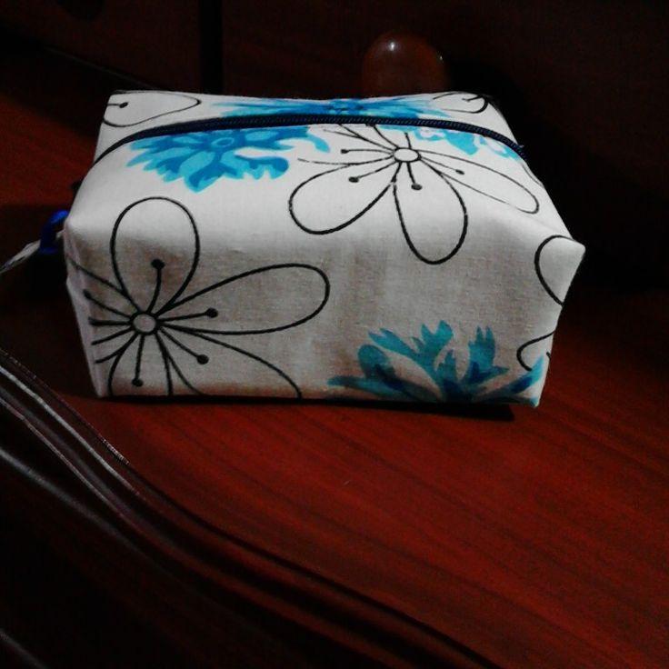 Cartuchera cuadrada con retazos de tela