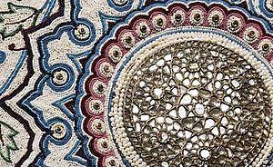 Perłowy dywan prosto z Indii. Niezwykły dywan został wykonany na specjalne życzenie Khandy Rao Gaekwady – maharadży Barody. Miał być on złożony, jako niesamowity dar do grobu Mahometa w Medynie. Niestety maharadża zmarł przed ukończeniem dywanu, a jego prośba, by dywan zdobił grobowiec, nigdy nie została zrealizowana. Został on zamknięty w skarbcu indyjskiej rodziny książęcej.