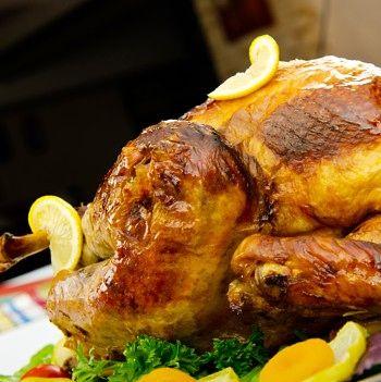 Stekt kalkun - Kalkunen kan skjæres opp og serveres «hel» på bordet. Da tar du ut brystfileten, skjærer den i skiver og legger den tilbake på skroget.Colourbox