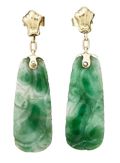 EARRINGS  Gold. 14 K.  Executive with carved jade. Early 1900s. NUMBER 2HEIGHT 4.00 CM