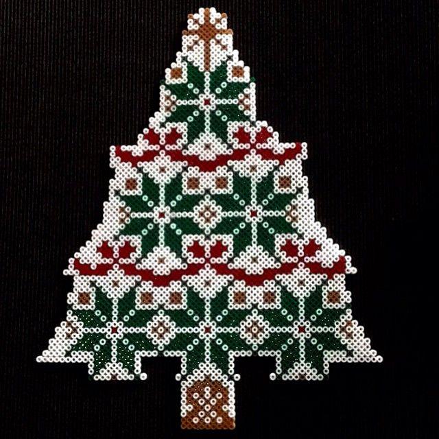 Christmas tree hama perler beads by dan6474 - Pattern: http://www.pinterest.com/pin/374291419006917545/