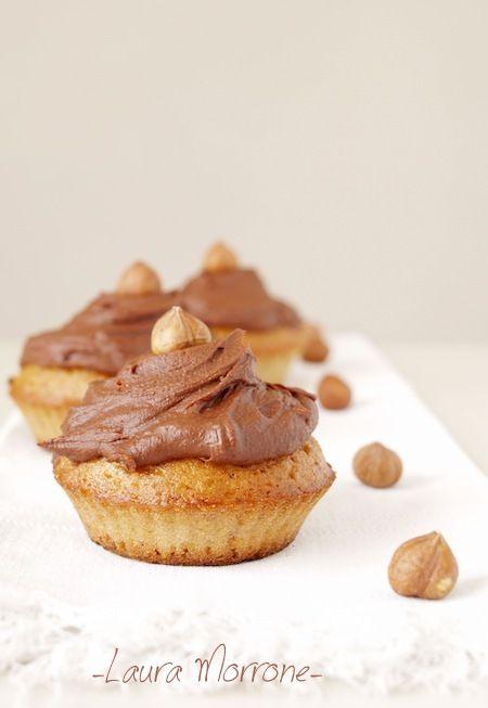 Cupcakes alla nocciola e cioccolato Hazelnut muffins with margarine and chocolate topping