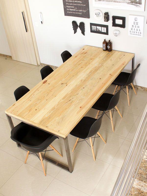 Mesa feita com barras de metalon e madeira