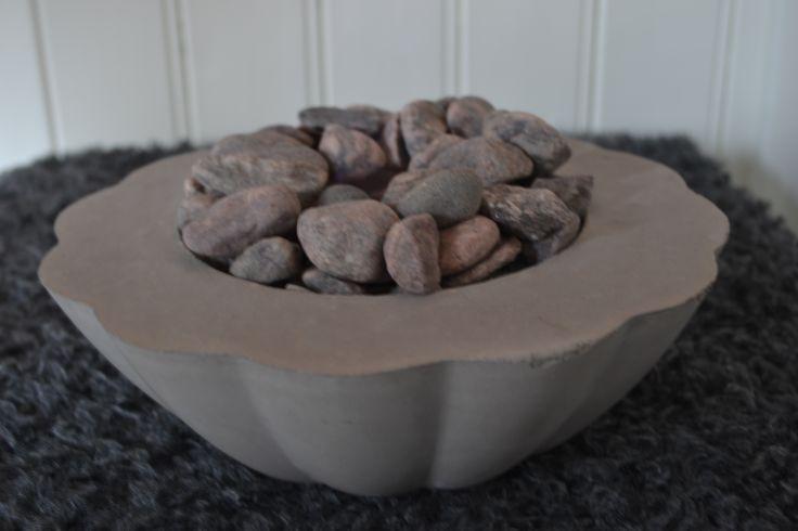 Värmekälla - under stenarna spisbränsle i en konservburk med kycklingnät över.
