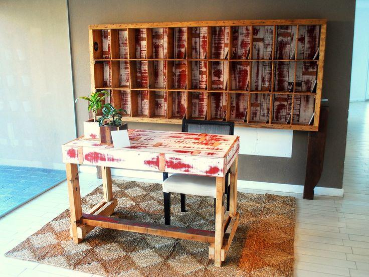 ° Mail Box + Escritorio  La idea era usar los mismos materiales para los dos muebles.  Use tablones de pino brasil para la estructura del mail box y del escritorio. Estos tablones se usaron como vigas en un techo de una casa.Vienen con muchos clavos y prepararlos lleva su tiempo. Las tablas blancas y rojas, supieron ser un machimbre de un techo, y las use para la mesada del escritorio y el fondo del MB.  Las patas del MB eran las ménsulas de un balcón!