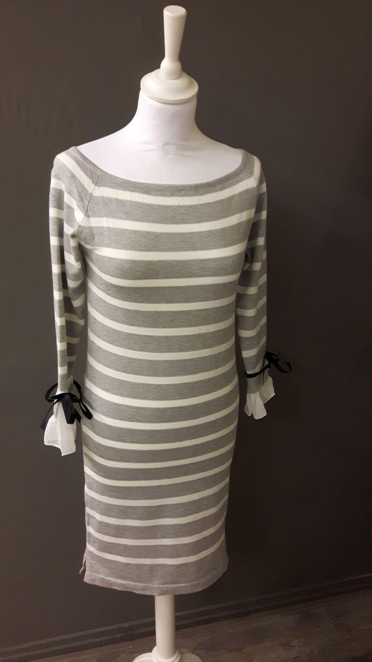 Jurk licht grijs en wit gestreept met blouse mouw